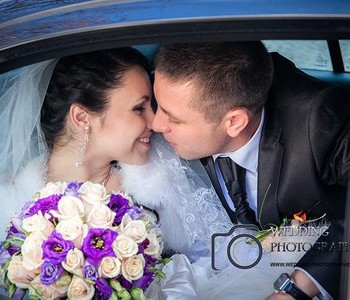 Kiss in the wedding car.