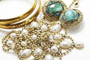 Gold jewellery set.